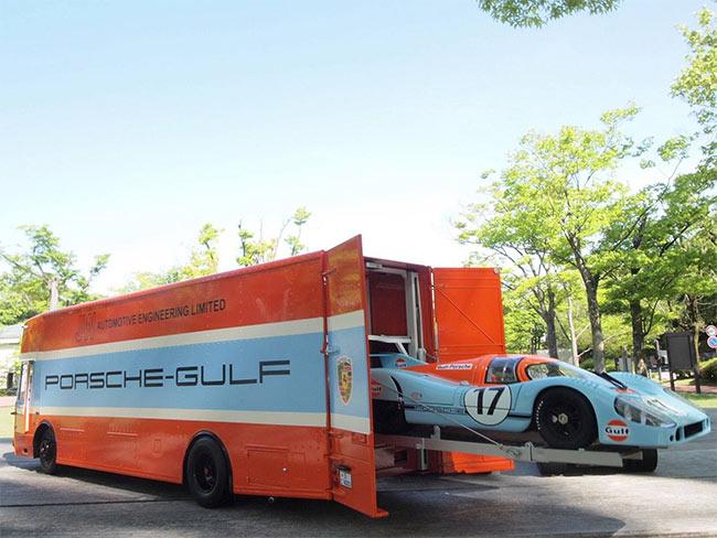 ciężarówka transportująca mniejsze auta
